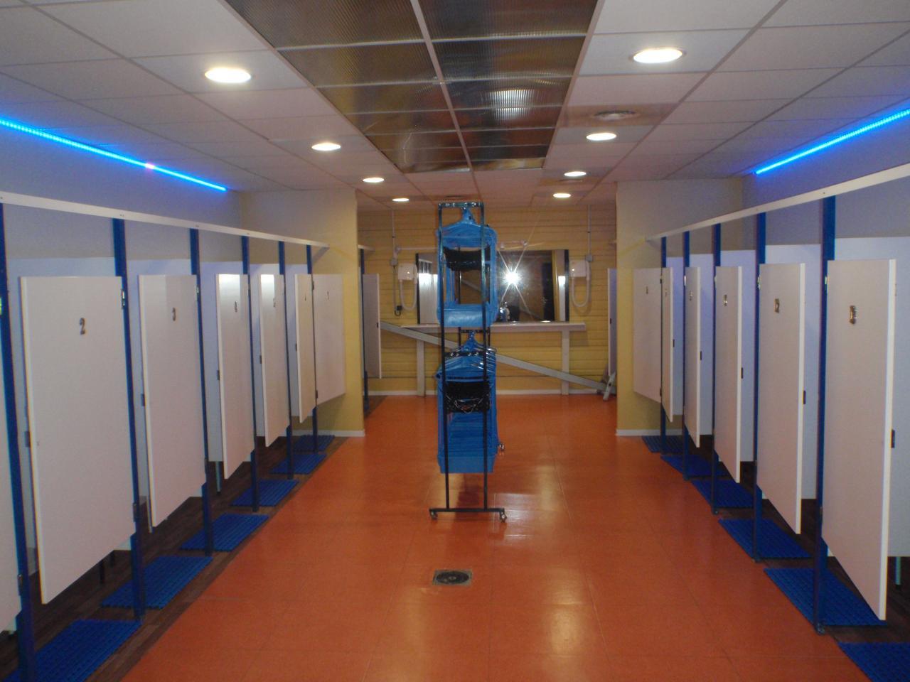 Porte vestiaire piscine maison design for Vestiaires piscine
